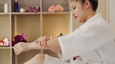 obnovitelný : Asian woman relaxing receiving oil masseuse for body beauty and health