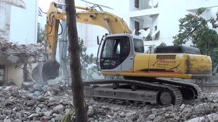 экскаватор : Bulldozer demolishing building close up Стоковые видеозаписи