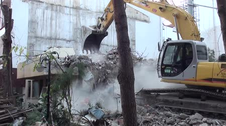 экскаватор : Bulldozer working on demolishing building