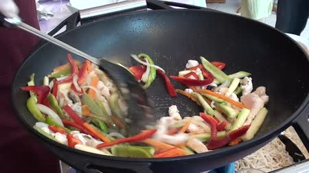 Stewing vegetables with chicken Vídeos