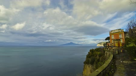 neapol : Sorrento coastline, Gulf of Naples and Mount Vesuvius on the background (Time Lapse)