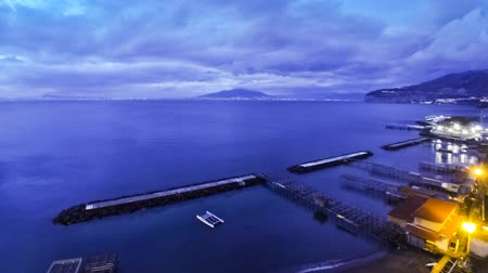 nápoles : Evening view of Sorrento coastline, Gulf of Naples and Mount Vesuvius on the background, Campania province, Italy (Time Lapse) Vídeos