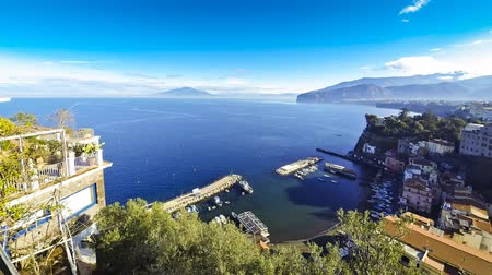 neapol : Picturesque morning view of Sorrento coastline, Gulf of Naples and Mount Vesuvius on the background (Time Lapse)