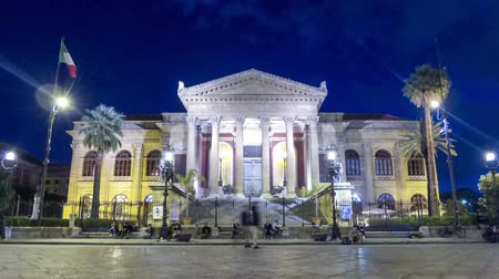 Сицилия : PALERMO, ITALY - MAY 15, 2018: Night view of Teatro Massimo in Palermo, Sicily, Italy. Teatro Massimo Vittorio Emanuele opera house is the biggest in Italy and third largest of Europe. Time Lapse Стоковые видеозаписи