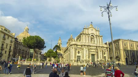 barok : CATANIA, ITALY - MAY 15, 2018: Panoramic view of Cathedral Square (Piazza Duomo) and Cathedral of Santa Agatha (Catania Duomo) in Catania city, Sicily, Italy. Time Lapse