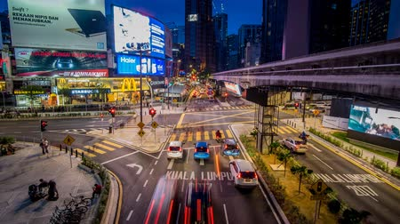 редакционный : Kuala Lumpur, Malaysia - October 14 2017: Transportation rush at night through the Bukit Bintang intersection in the Kuala Lumpur City Center