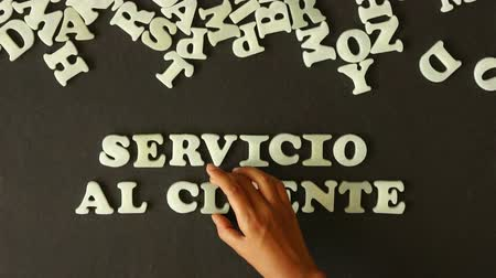 slib : A person spelling Customer Service with plastic Letters (in Spanish) Dostupné videozáznamy