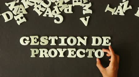 munkacsoport : A person spelling Project Management with Plastic Letters (in Spanish)