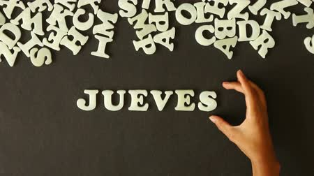 sobota : A person spelling Thursday with Plastic letters (in Spanish)