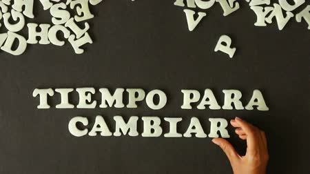 evolução : A person spelling time for change (In Spanish) with plastic letters Stock Footage