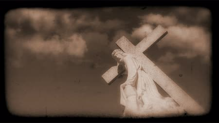 葡萄收获期 : Vintage Film of crucifix with Clouds moving in the background