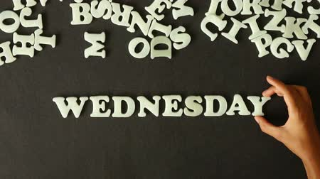 hoje : A person spelling Wednesday with Plastic letters Stock Footage