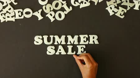barganha : A person spelling Summer Sale