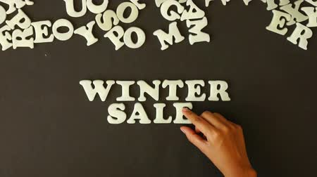 barganha : A person spelling Winter Sale