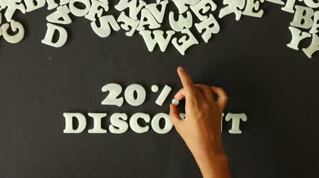 oferta : A person spelling 20 percent Discount with Plastic letters