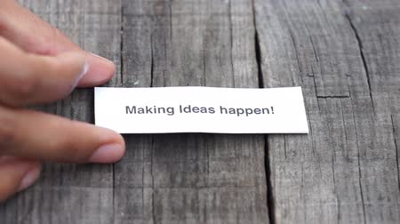 nápad : A Making Ideas happen paper sign on wood background Dostupné videozáznamy