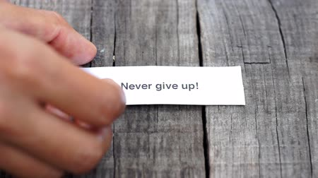 planları : A Never give up paper sign on wood background
