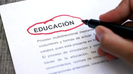 градация : Circling Education with a pen (In Spanish)