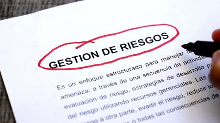 assess : Circling Risk Management with a pen (In Spanish)