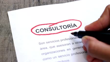 gestão : Circling Consulting with a pen (In Spanish) Stock Footage