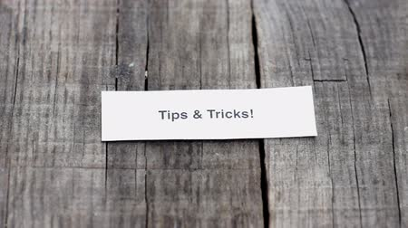 compromisso : A Tips and Tricks paper sign on wood background Vídeos