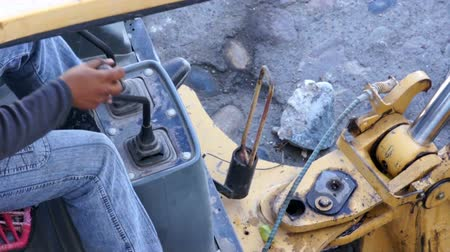 montáž : A construction worker operating an Excavator