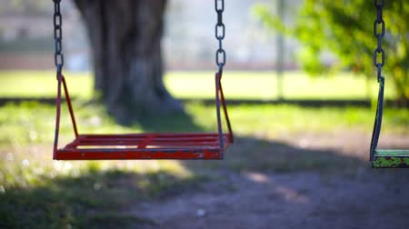 üres : Empty swing in a children Stock mozgókép