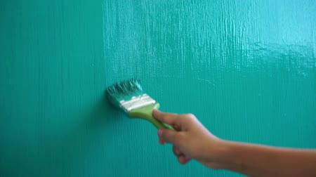 zeď : person painting a green wall