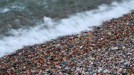 superior : Rounded pebbles and small rocks roll in a gentle Lake Superior surf. Looping. Vídeos