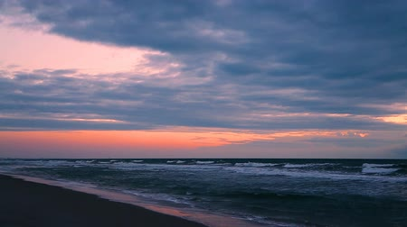 kakao : Breaking waves on the sand of Cocoa Beach  are topped by a dramatic and colorful sunrise sky over the Atlantic Ocean. Wideo