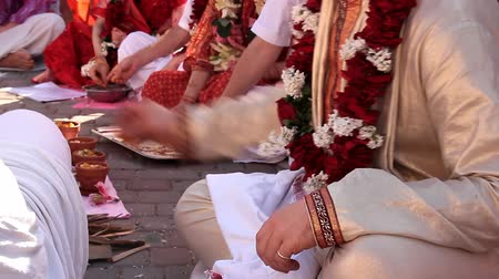 Indian weddings, newlywed. Newlyweds spend wedding custom. Fragment of the wedding ceremony Стоковые видеозаписи
