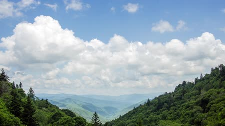 országúti : A time lapse of clouds moving over the south eastern side of the Great Smoky Mountains National Park looking toward the town of Cherokee, North Carolina.