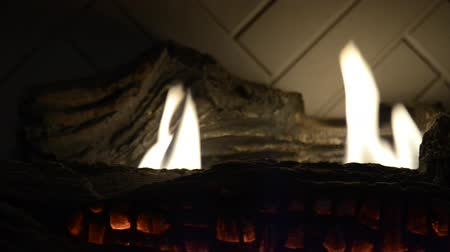 esquerda : A medium shot of a fireplace as the camera pans from left to right.