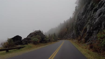 alpes : Climbing Uphill on the Blue Ridge Parkway through the fog in Autumn