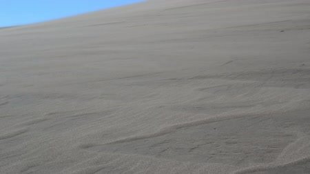 keresztül : On a windy day, snow blows across a large expanse in Great Sand Dunes National Park Stock mozgókép