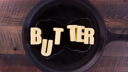 tereyağı : Butter Words Butter on Cast Iron Skillet Background Stok Video