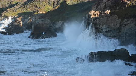 Waves Crash into Big Sur Coast along Californias central coast Стоковые видеозаписи