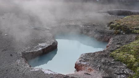 enxofre : Ice Blue Thermal Pot Steams in Yellowstone