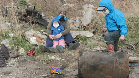 abandonment : Ecology. Dump, Young children in the contaminated area together with their mother live in the future.