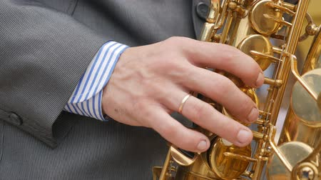 instrumento : A saxophonist plays the saxophone