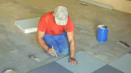 motivo : Laying rubber floor tiles