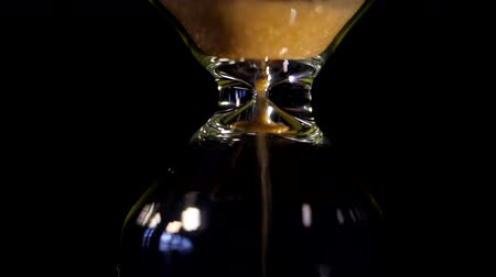 терпение : Hourglass. Super Close-up View of Sand Flowing Through an Hourglass. Стоковые видеозаписи