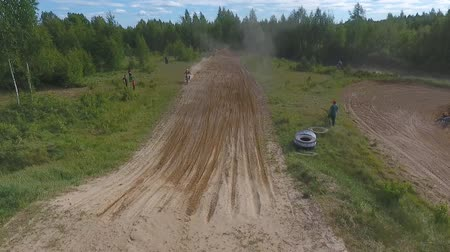 szegecs : 10 June 2018 Russian Federation, Bryansk region, Ivot - Extreme sports, cross-country motocross. Shooting with kvadrokoptera. Aerial and video in motion. Camera in motion. Tracking a man riding a motorcycle. The motorcyclist enters the turn on the race tr Stock mozgókép