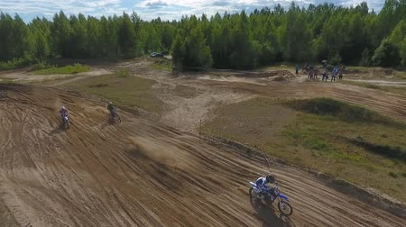 perçin : 10 June 2018 Russian Federation, Bryansk region, Ivot - Extreme sports, cross-country motocross. Shooting with kvadrokoptera. Aerial and video in motion. Camera in motion. Tracking a man riding a motorcycle. The motorcyclist enters the turn on the race tr Stok Video