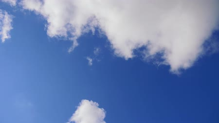 sério : Timelapse. White clouds float across a blue sky. Vídeos