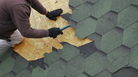 dekarz : Repair of the roof of a residential building. Dismantling soft tile. Wideo