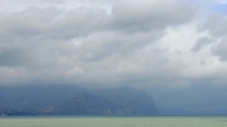 dağlık : Mountains in the background of gray clouds. Dark clouds envelop the tops of the mountains. The best views of the coast. Beautiful view of the sea. best video of the mountainous coast. best place for a family holiday. Motion in the frame. Beautiful allurin