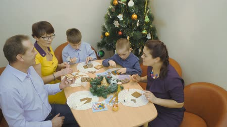 peperkoek : Family traditions. Decoration gingerbread house. Preparing for the holiday of Christmas Stockvideo