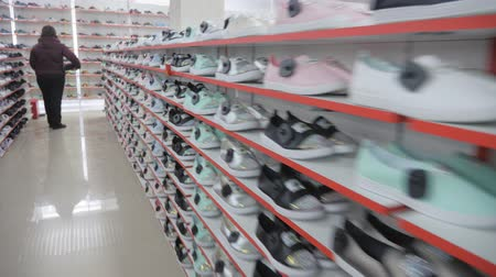 экспонат : Smooth shoe rows on the shelves.