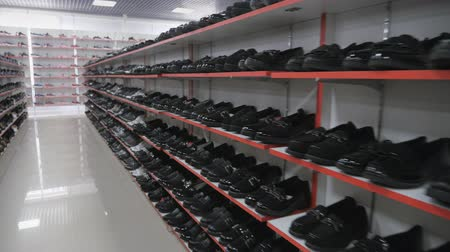 экспонат : Smooth shoe rows on the shelves. Shoes on the shelves of the mall.